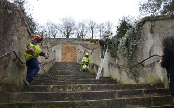 Nettoyage des marches du vieux château