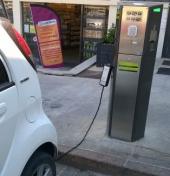 Borne de recharge électrique place de l'Hôtel de Ville